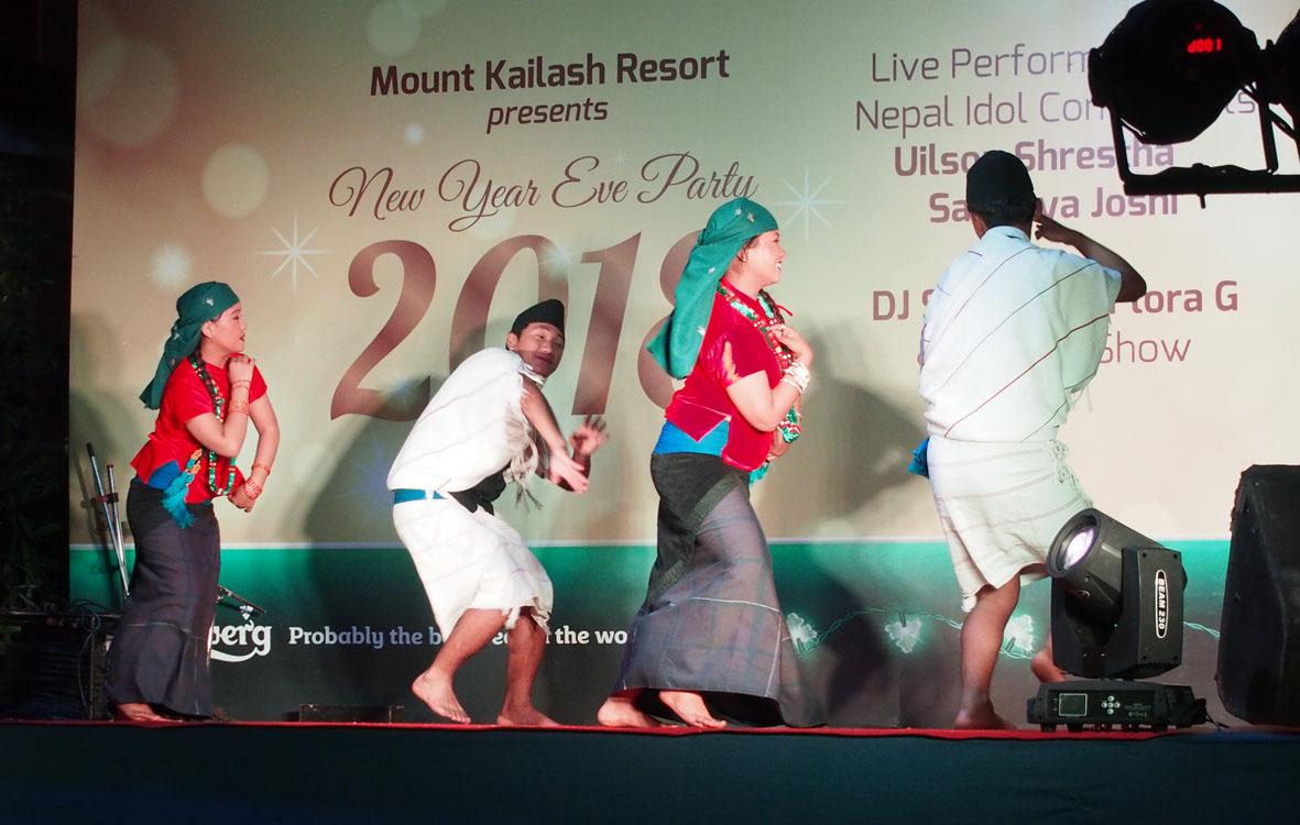 Gurungien tanssia