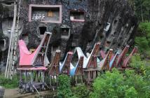 Toraja-kansan hautoja kalliossa. Kuva: Flickr/Axel Drainville