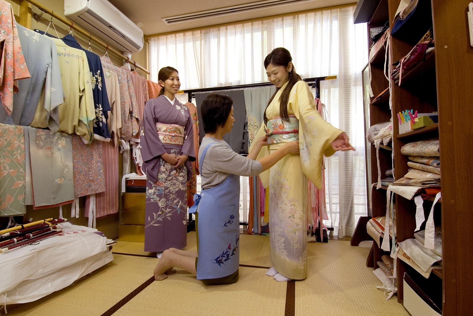 Japani, kimono. Kimonon pukeminen.