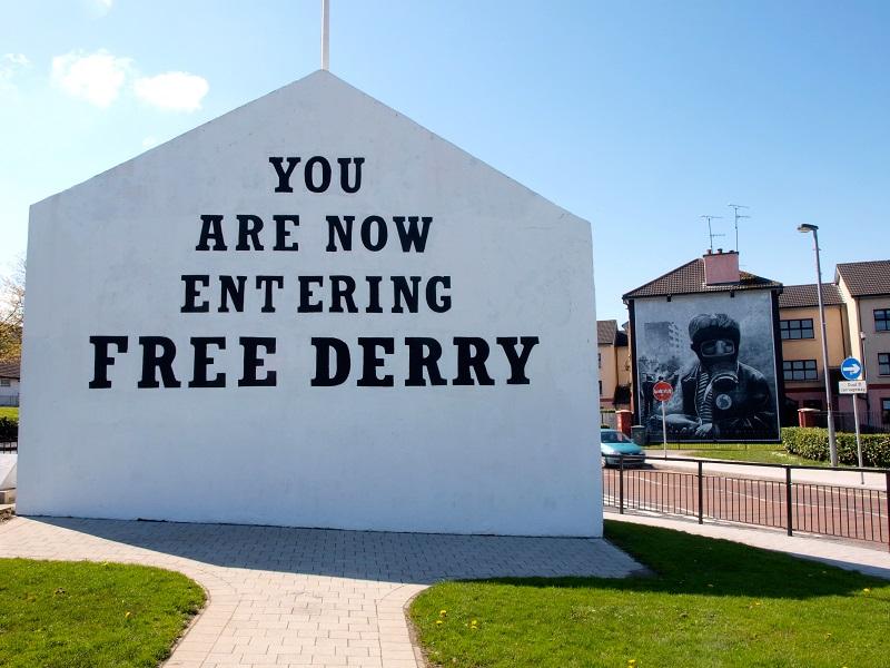 Free Derry -seinämaalaus Londonderryn keskustassa.