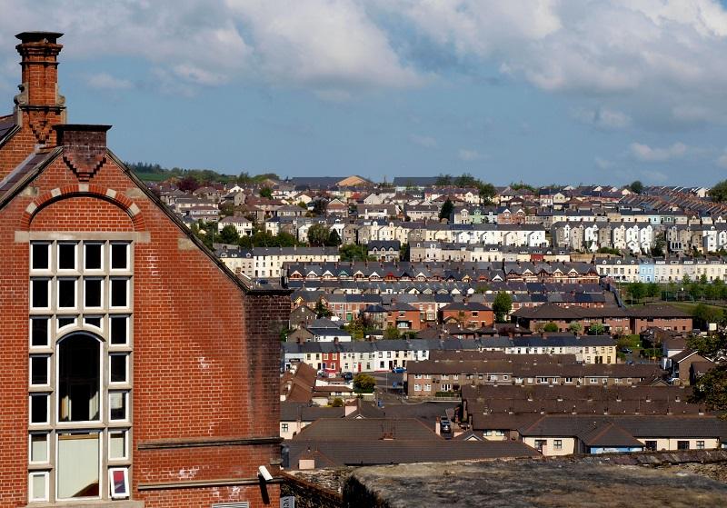 Derry/Londonderry sen kaupunginmuurilta kuvattuna.