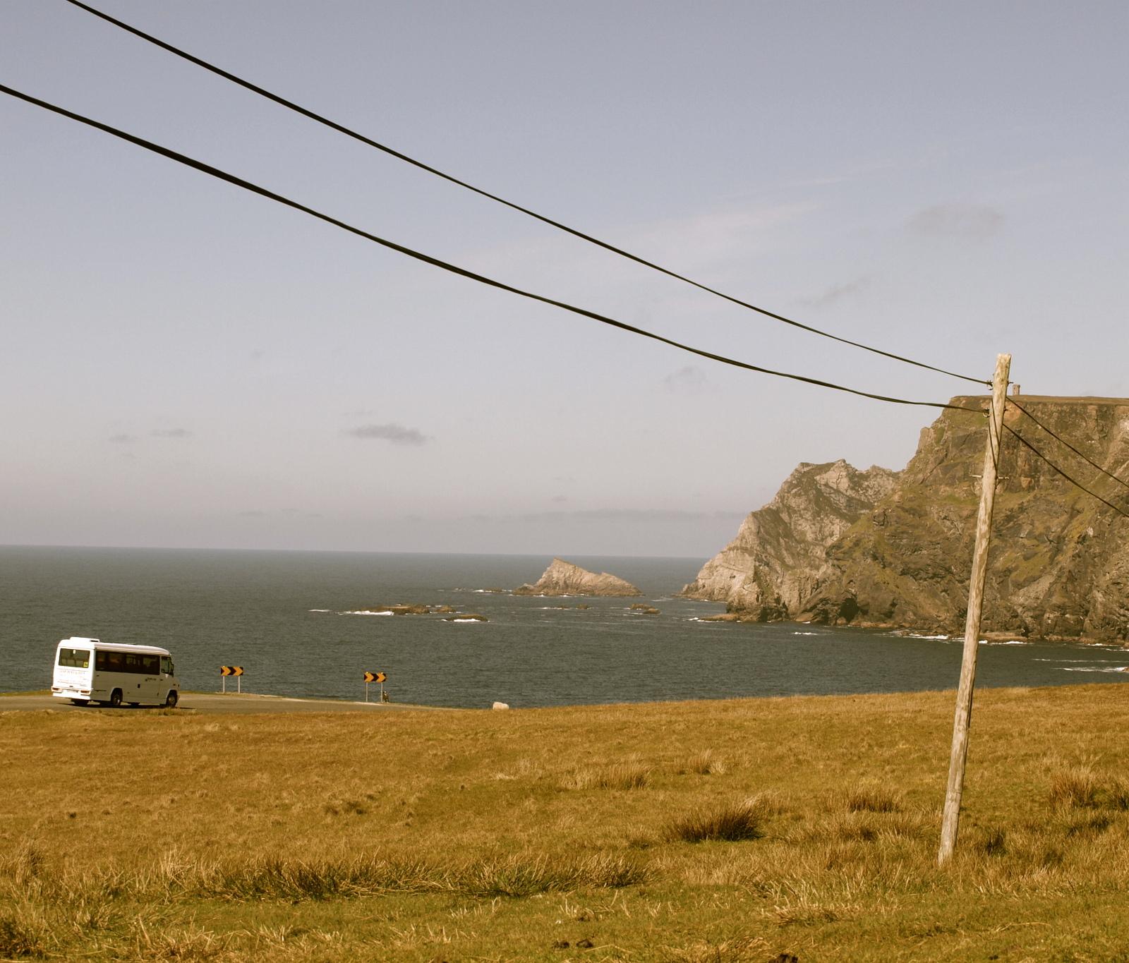 Paikallisbussi lähestyy Glencolmcilleä R263-tietä pitkin.