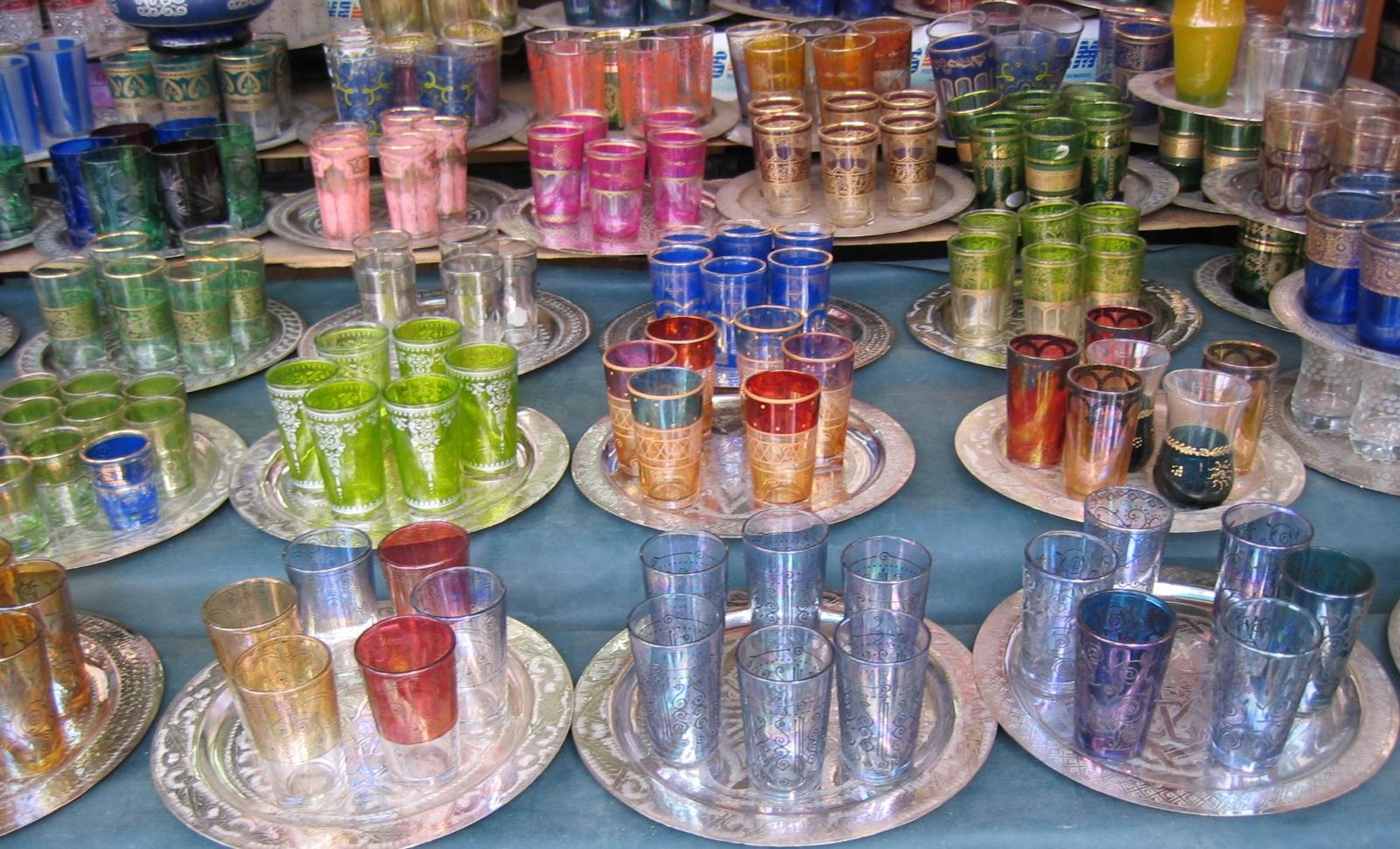 Marokkolainen minttutee. Värikkäät teelasit ovat suosittu matkamuisto Marokosta. Kuva: Flickr/mwanasimba.