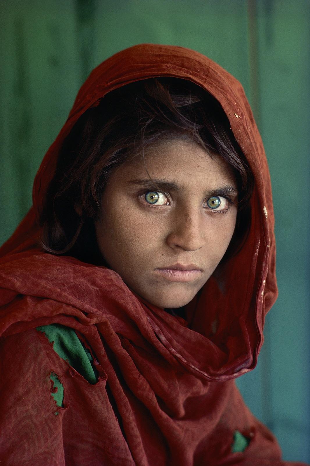 Afgaanityttö Sharbat Gula kuvattuna Nasir Baghin pakolaisleirillä Pakistanissa vuonna 1984. Kuva: Steve McCurry.