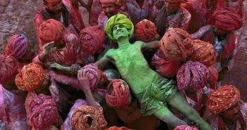 Miestä kannetaan Holi-juhlassa Intian Rajasthanissa vuonna 1996. Kuva: Steve McCurry.