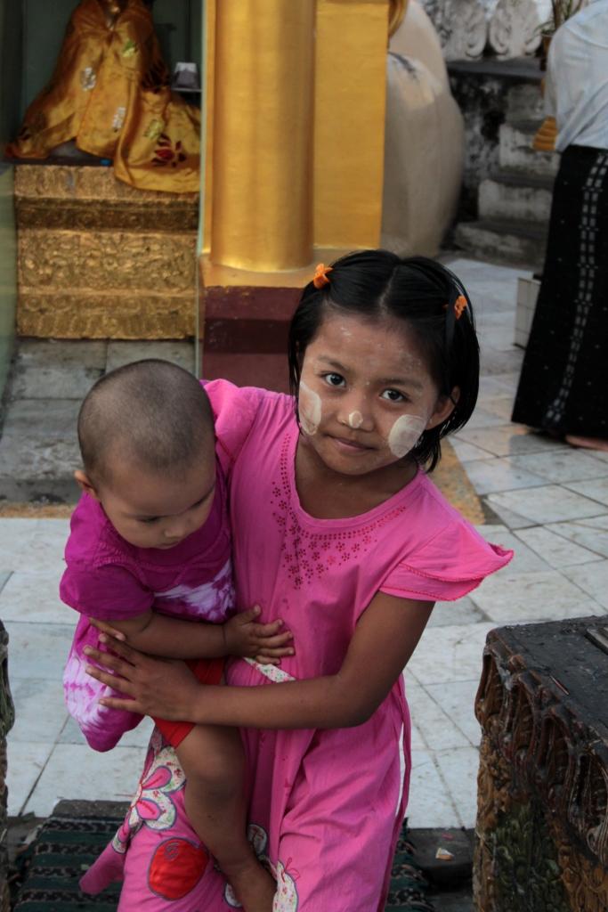 Burmalaiset naiset ja lapset käyttävät poskissaan vaaleaa thanaka-tahnaa. Tapaa ei esiinny missään muualla maailmassa.