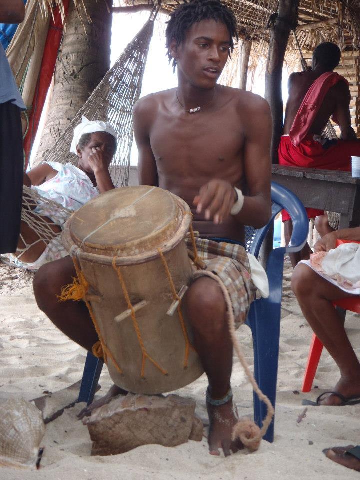 Rummut kuuluvat oleellisesti garifunakulttuuriin. Kuva: Wikimedia Commons/Roatanavi