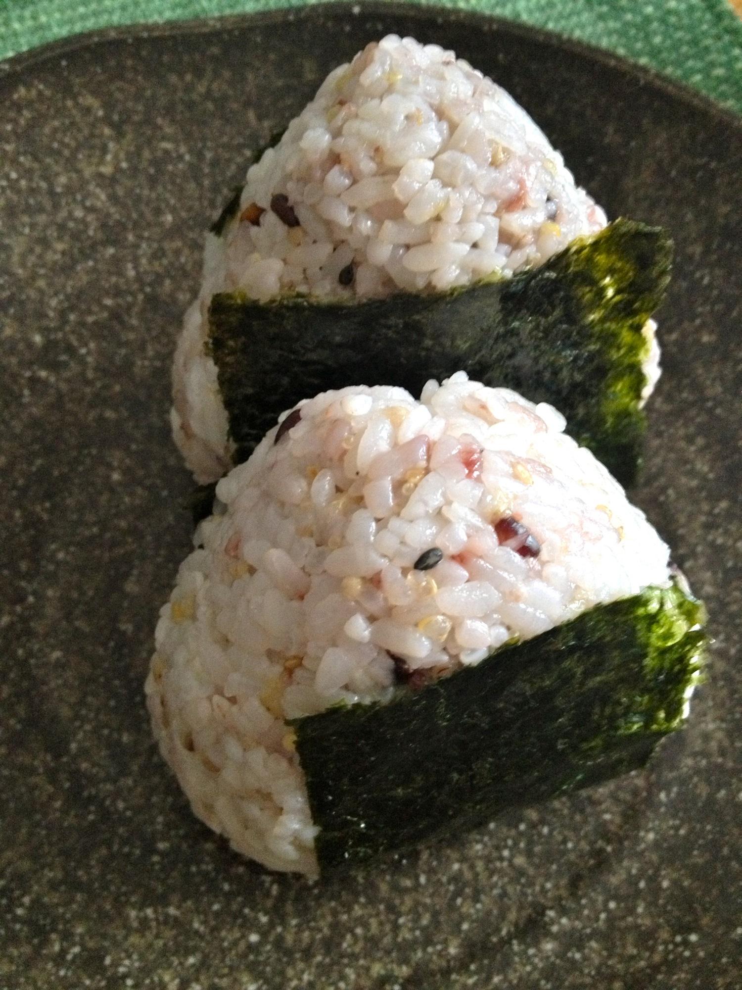 Zakkokumaista valmistettuja onigiri-riisipalloja. Kuva: © Yoshiko Osamitsu