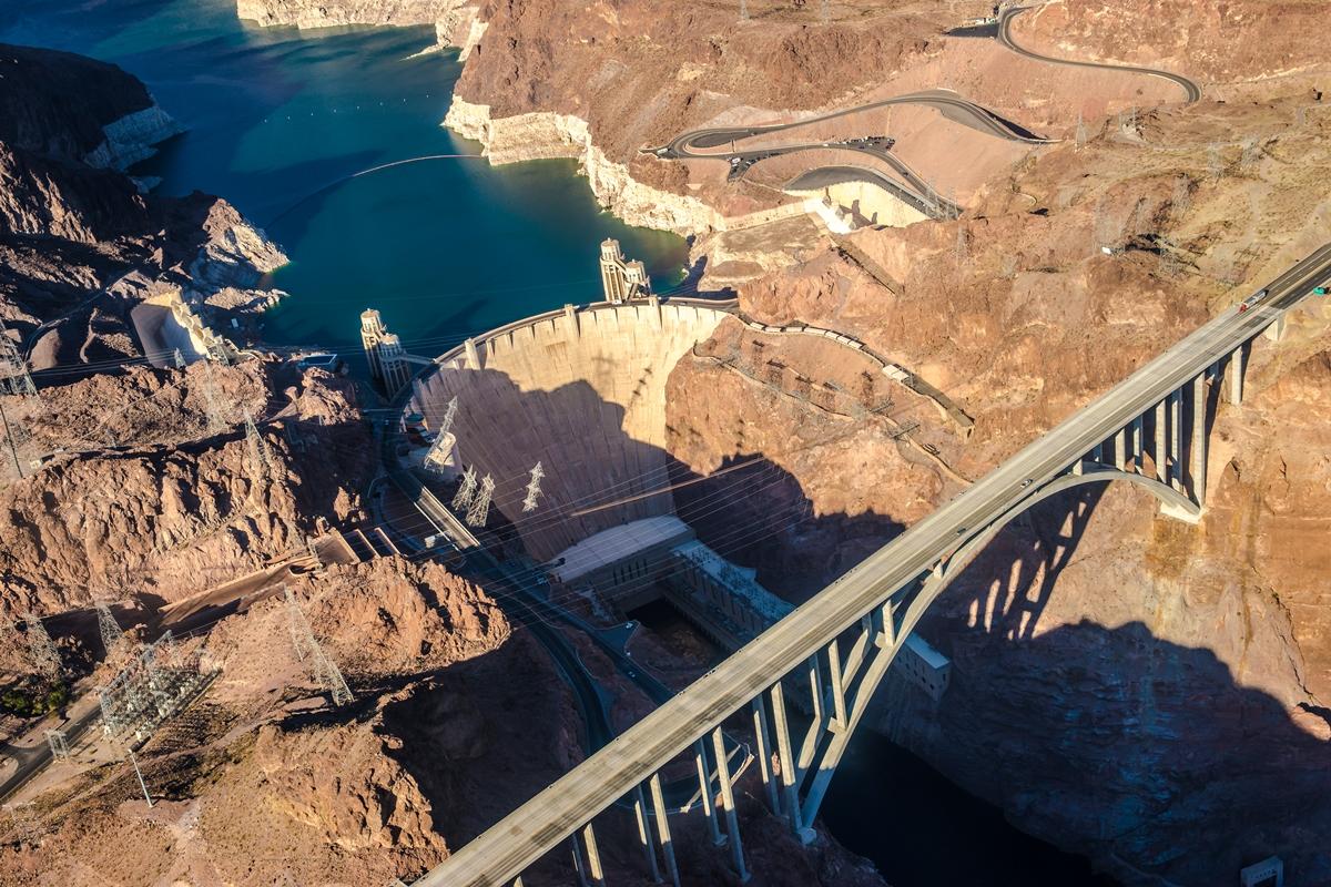 Hooverin pato kahlitsee Coloradojoen. Se on 221 metriä korkea ja 379 metriä leveä, ja siihen on käytetty 2,5 miljoonaa kuutiometriä betonia. Kuva: Flickr/-Salvaje- (Carsten T.)