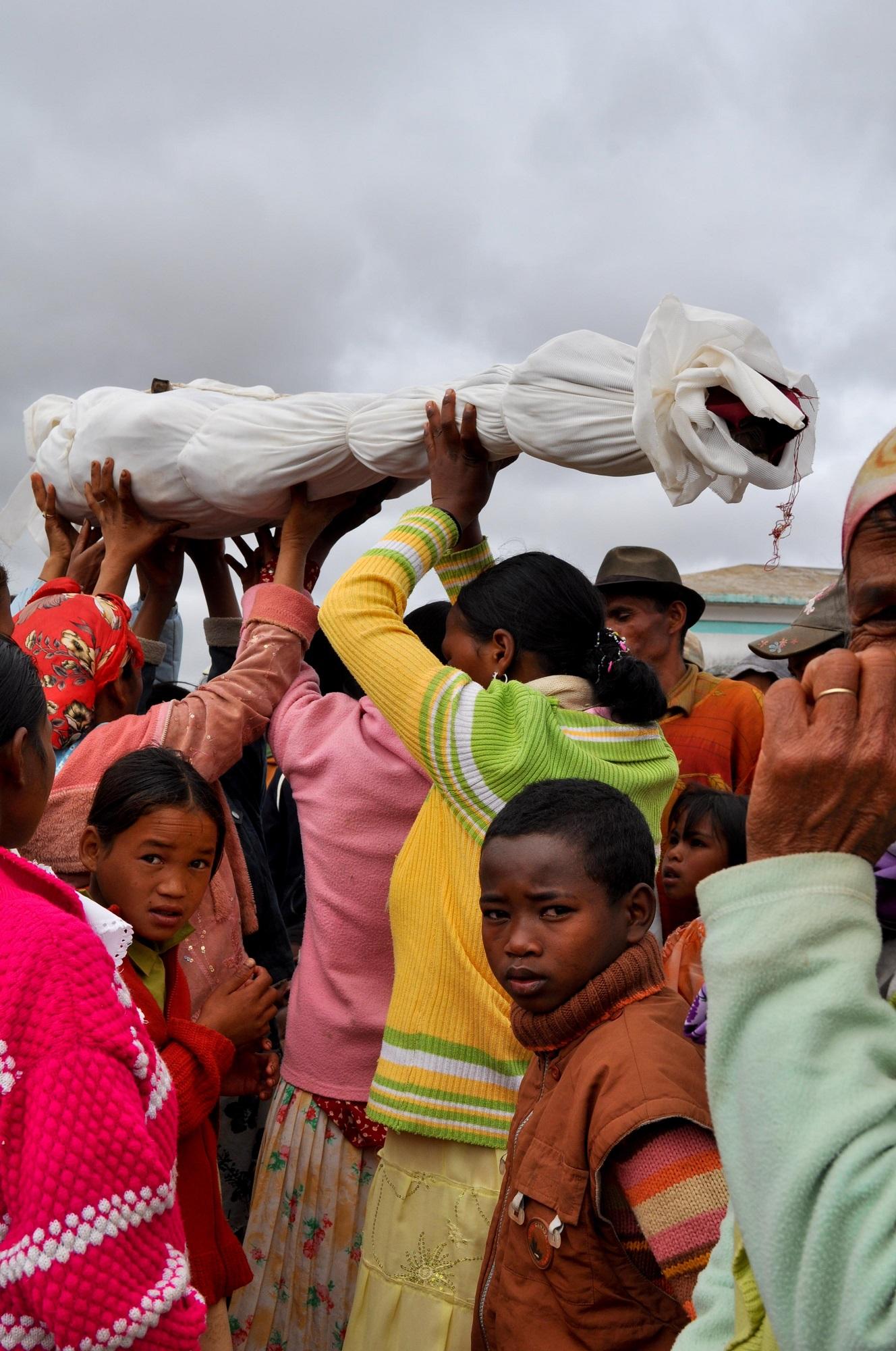 Madagaskarilla kuolleen noutaminen haudasta ei ole hautarauhan rikkomista vaan suuri kunnioituksen osoitus. Kuva: Flickr/S@veOurSm:)e