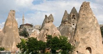 Kappadokian kalliot kätkevät sisuksiinsa valtavasti luolia.