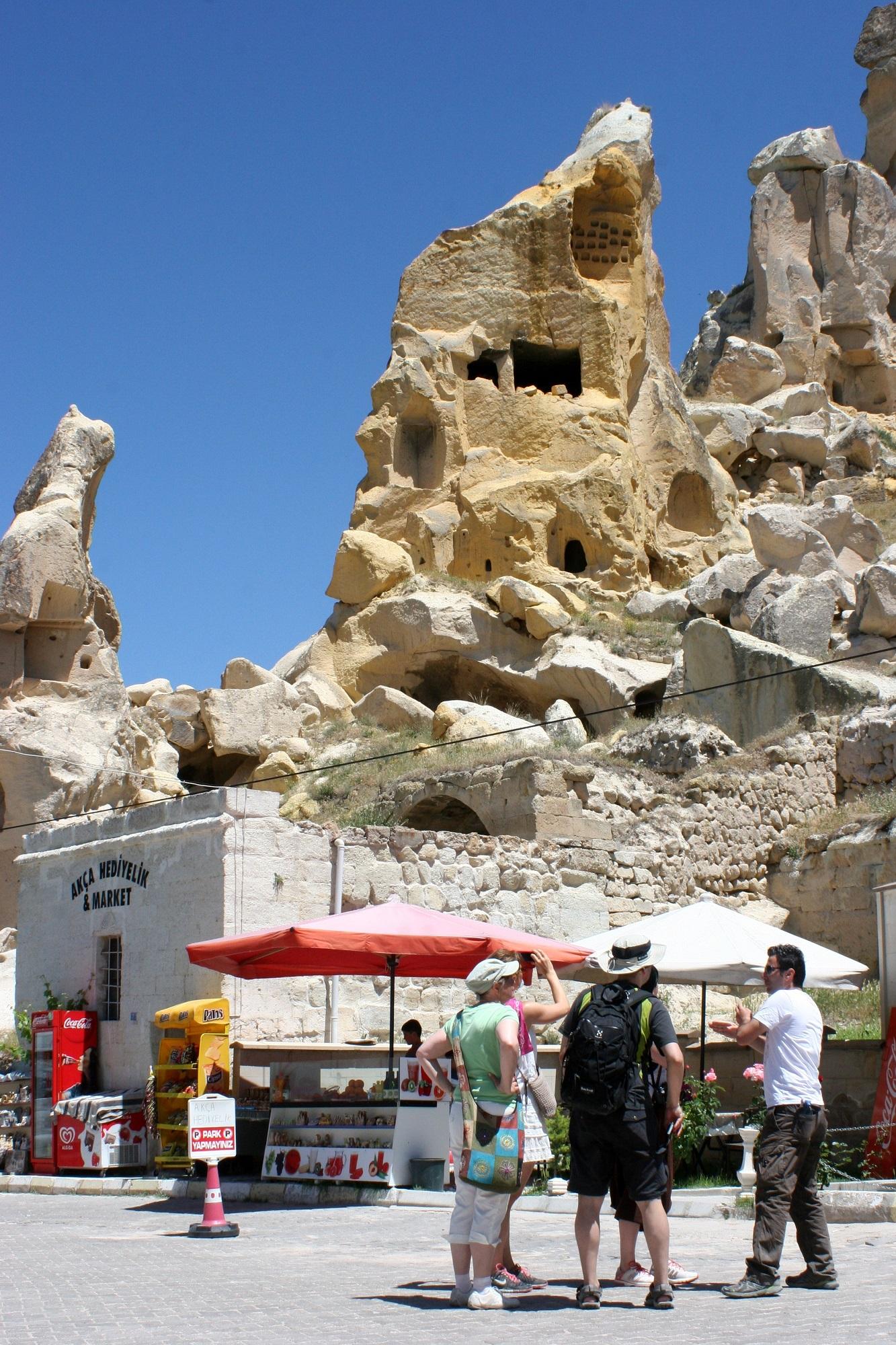 Monet Kappadokian kylistä on rakennettu vanhan luola-asutuksen kylkeen.