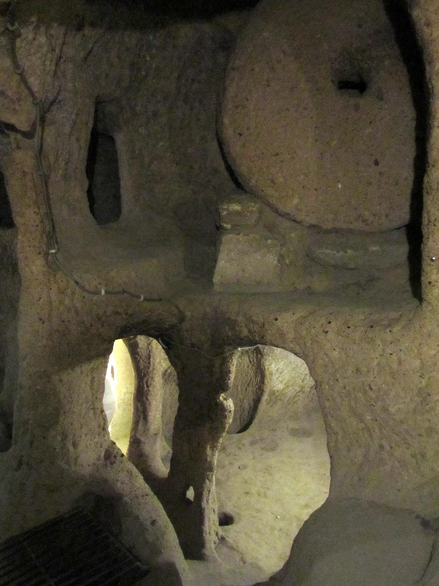 Sisänäkymä Kaymaklin maanalaisesta kaupungista. Ylhäällä oikealla näkyy myllynkivestä tehty turva-ovi.