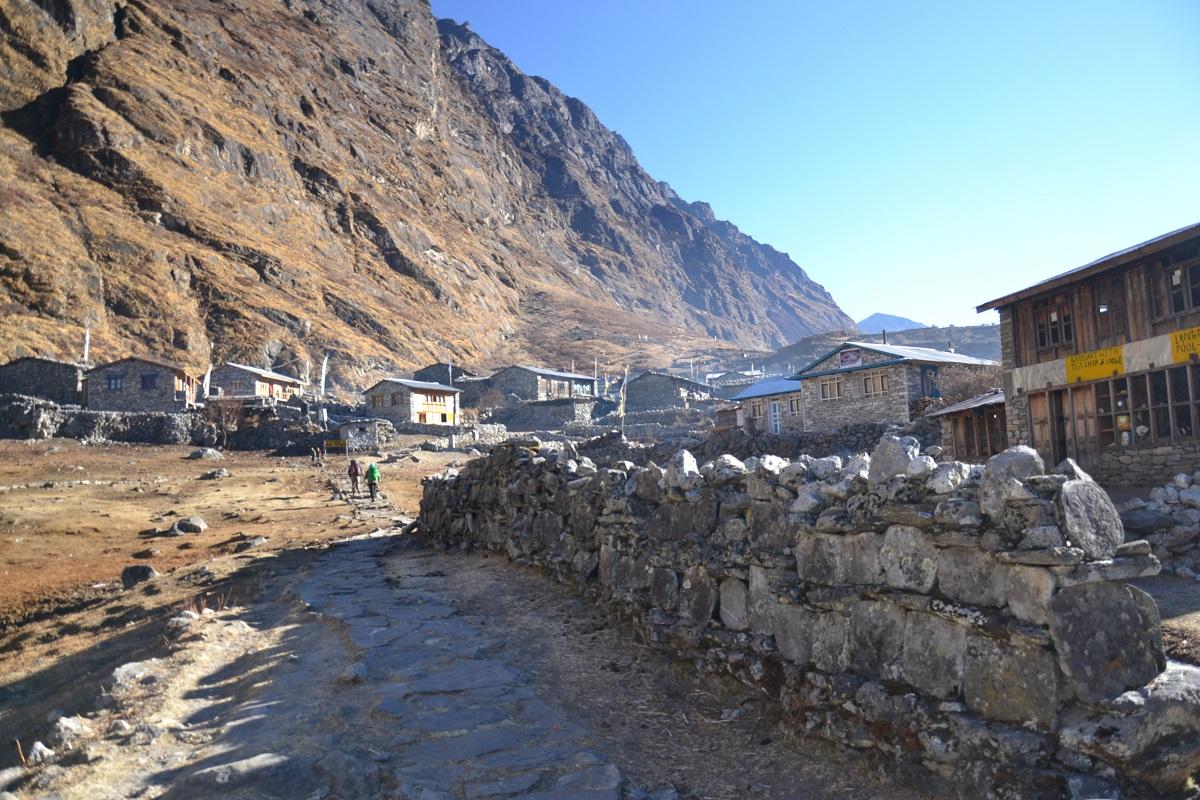 Langtangin kylä on yksi pahiten tuhoutuneista alueista. Jää- ja kivivyöry ympäröiviltä vuorilta peitti kylän alleen. Kuva Reetta Näätänen 2013.