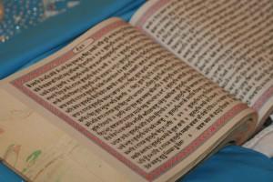 Sikhiläisyys. Kaikki Guru Granth Sahibin painokset ovat samanarvoisia. Kuva: © Flickr/Gurumustuk Singh.