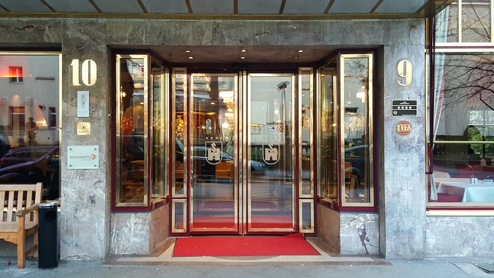 Savoy Hotelin sisäänkäynti. Kuva: © Paula Hotti.