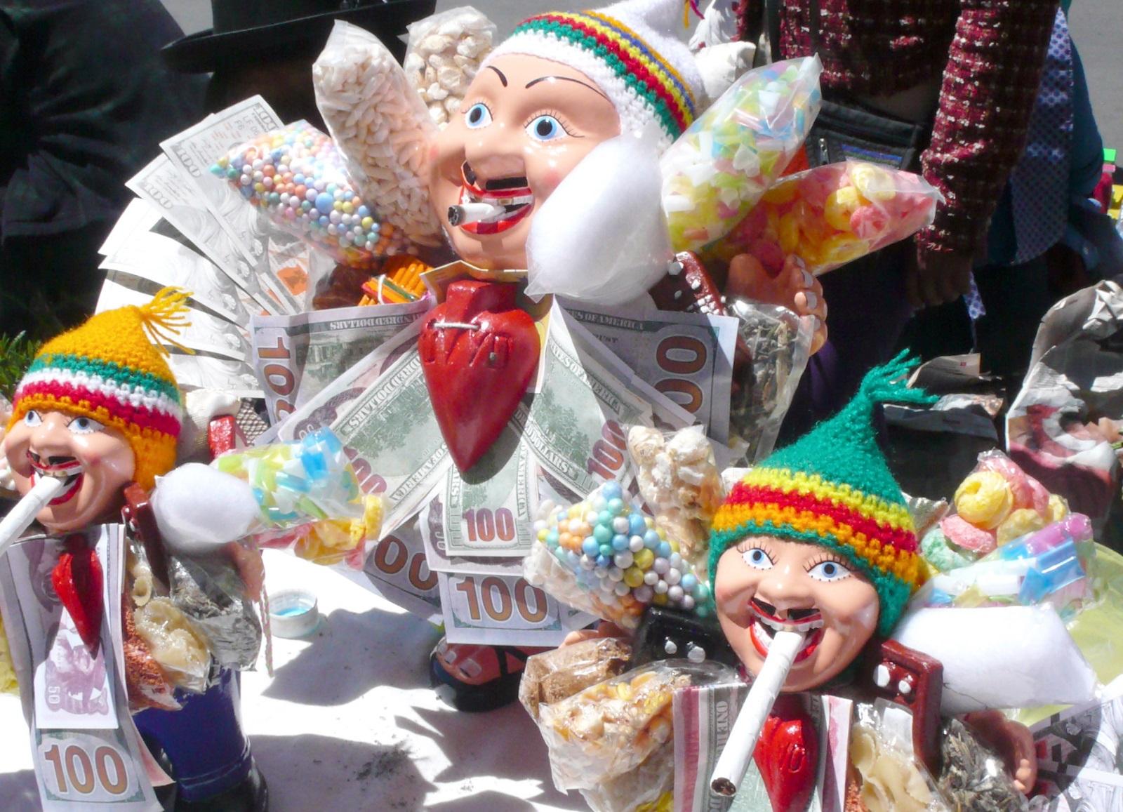 Ekekoa esittävät koriste-esineet ovat suosittuja Alasitas-markkinoilla. Ekeko on Andien mytologiassa ja kansanperinteessä runsauden ja vaurauden jumala. Tupakkaa kuuluu uhrata, jotta Ekeko on suotuisa.