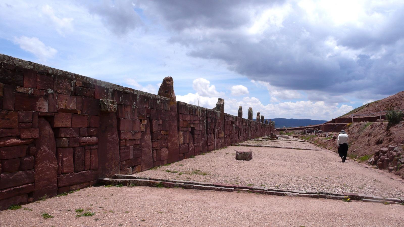 Kalasasaya-temppelin kaksituhatvuotista kivimuuria. Kalasasaya tarkoittaa vapaasti käännettynä seisovaa kiveä.