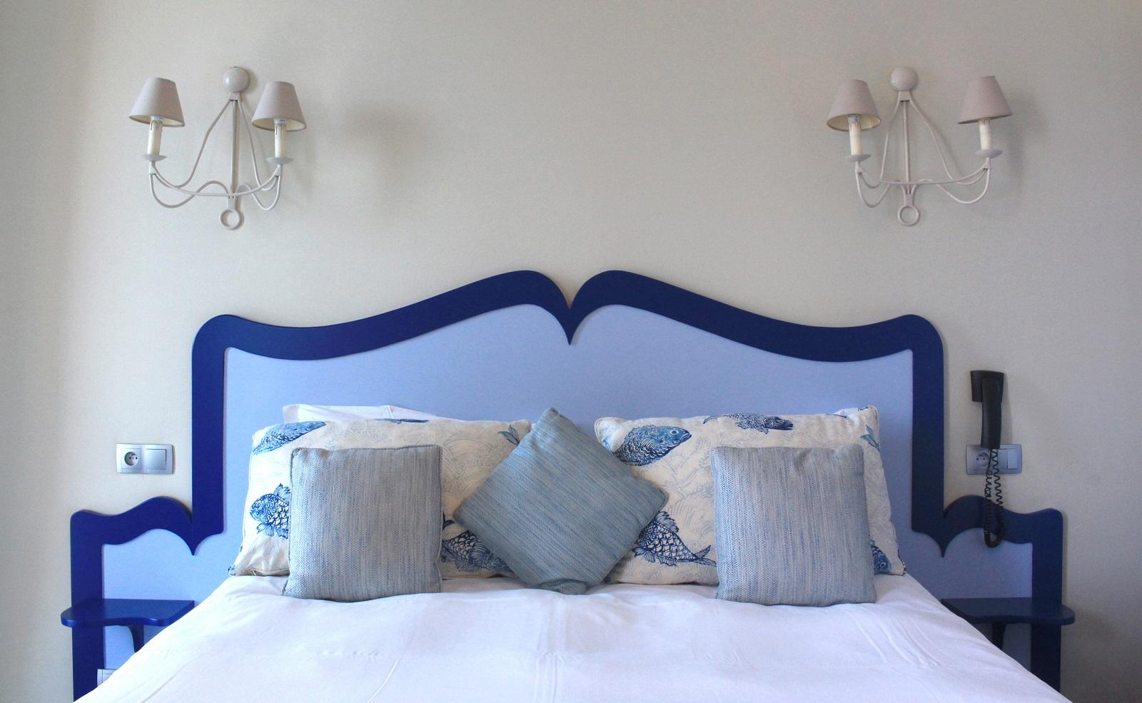 Welcome Hotel. Huoneissa on käytetty merellisiä värejä.