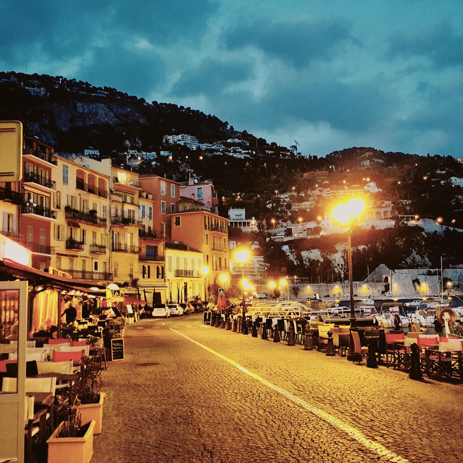 Welcome Hotel. Ilta laskeutuu Villefranche-sur-Meriin.