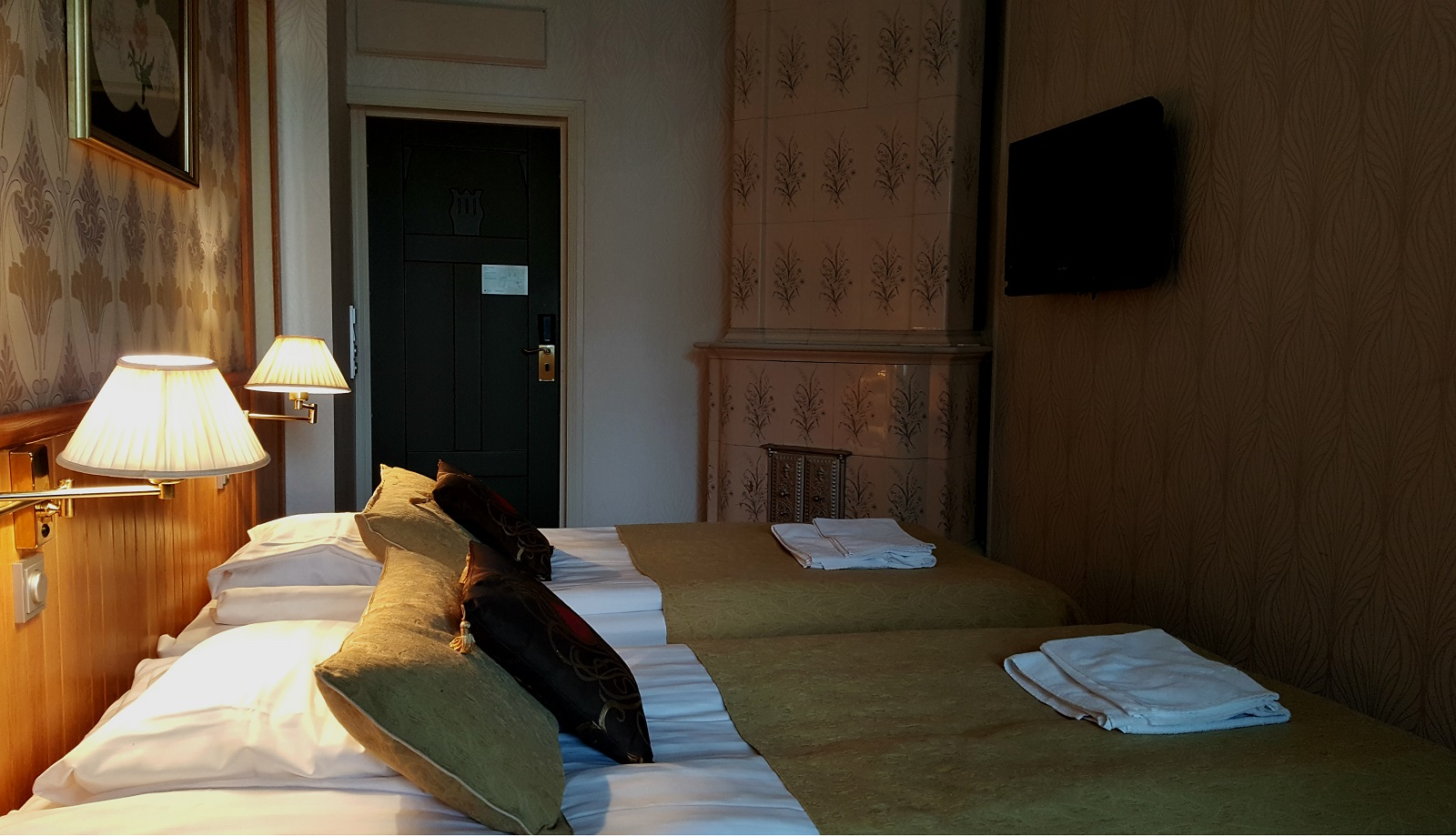 Villa Urhola. Makuuhuoneessa oli kodikas tunnelma ja mukavat sängyt takasivat maittavat yöunet.
