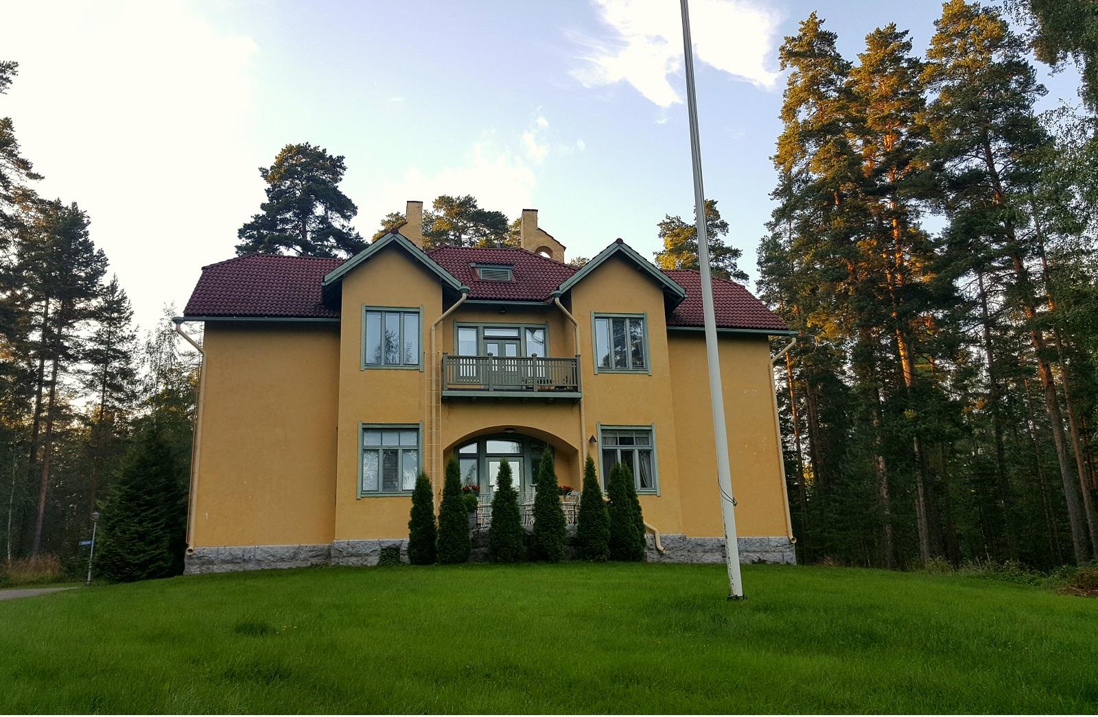 Villa Urhola kohoaa komeana Saimaan rannalla.