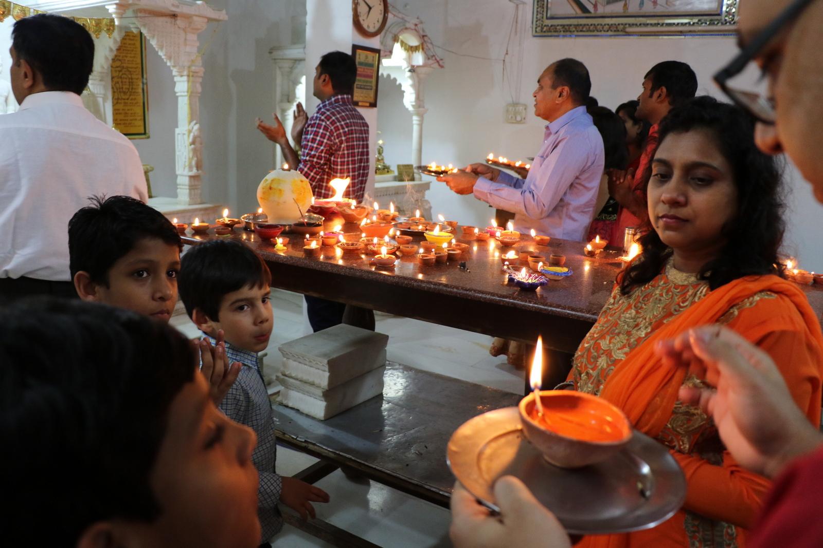 Diwali-tunnelmaa jainalaistemppelissä.