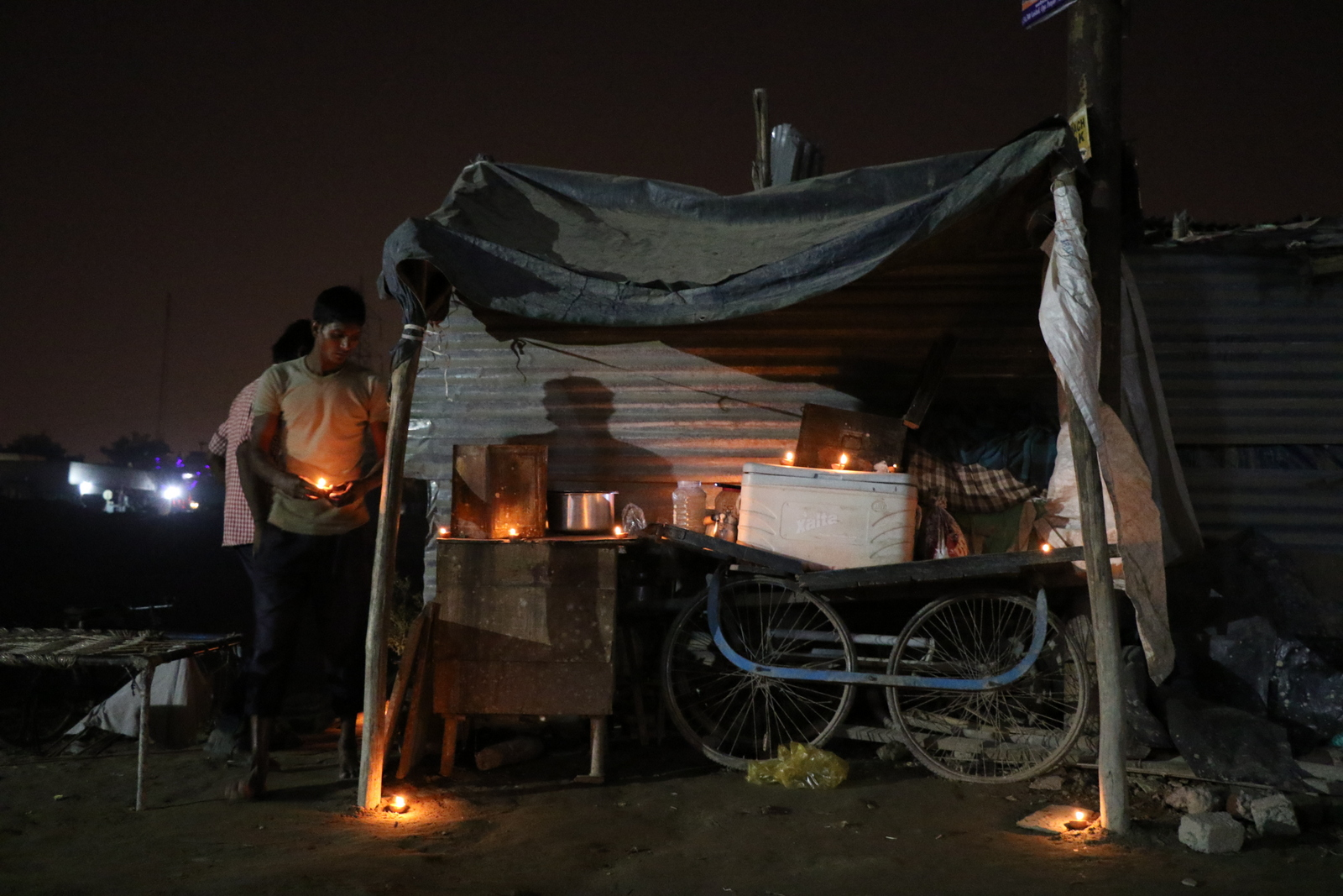Kynttilät syttyvät diwali-iltana slummissa Delhin lähellä. Jutun kaikki kuvat © Päivi Kaarina Laajanen.