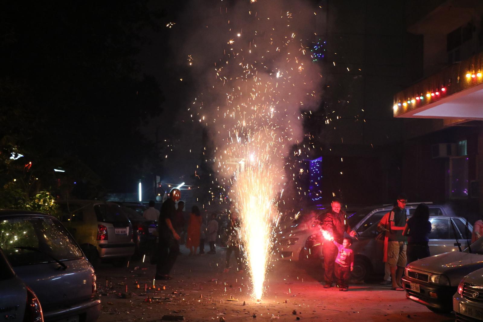 Diwali. Diwaliin liittyvät myös äänekkäät ilotulitukset.