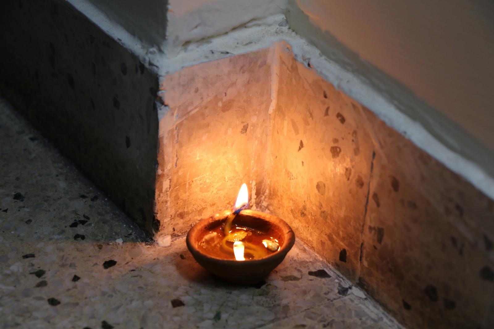Diwali. Öljykynttilöitä viedään kodin pimeimpiinkin nurkkiin valoa tuomaan.
