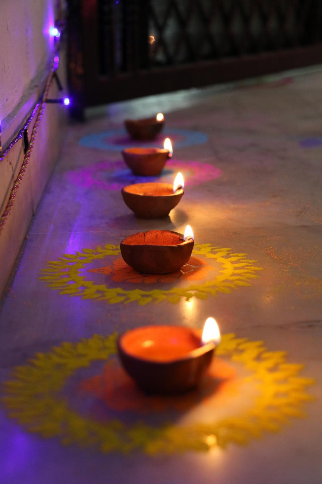 Diwali. Diya-kynttilöiden rivi rappukäytävässä.