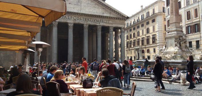 Pantheon: Rooman symboliin sataa sisään