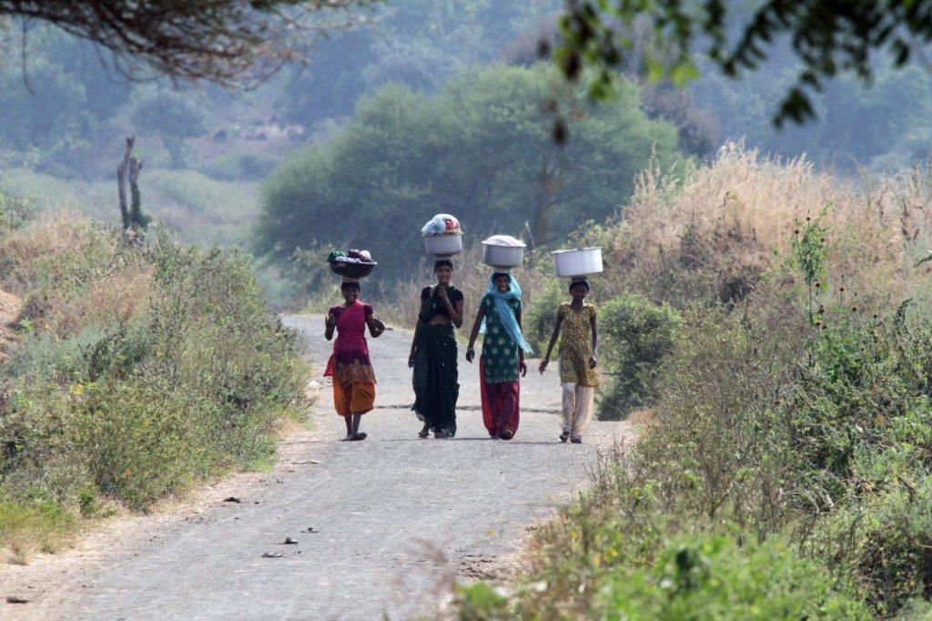 Temppelin varjossa - valokuvia Intiasta. Maaseudulla liikutaan jalkaisin pitkiäkin matkoja. Kuva © Päivi Arvonen.