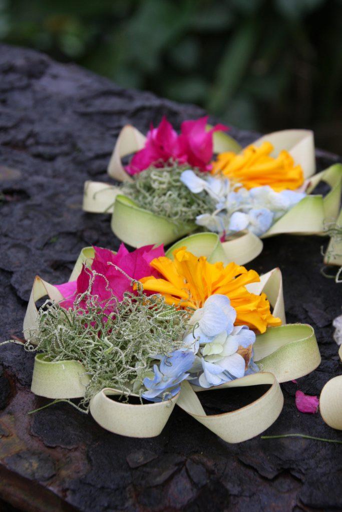Pyöreitä, universumia symboloivia koreja sillan kaiteella Ubudissa.