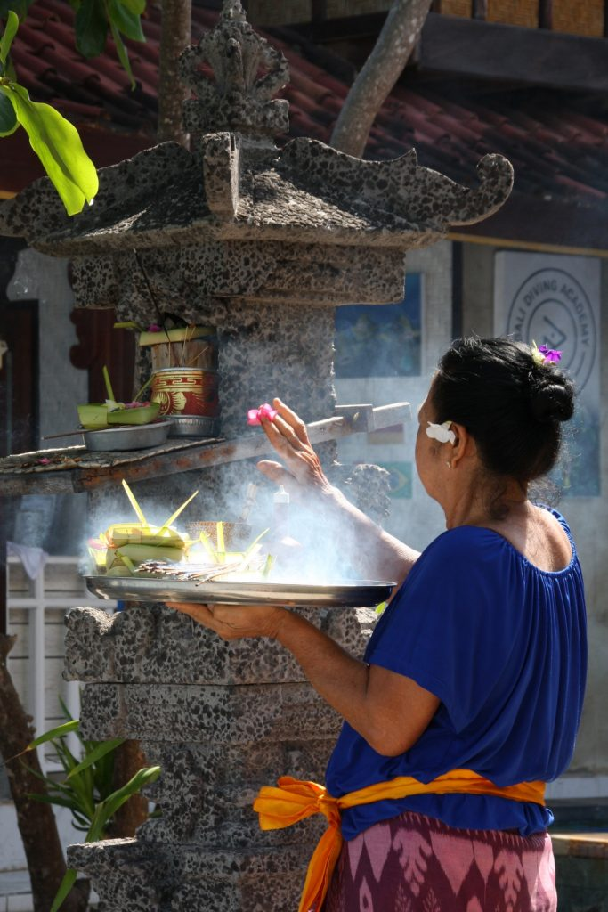 Canang sari -seremonia on naisten juttu. Bungalow No 7 -hotelli, Nusa Lembongan.