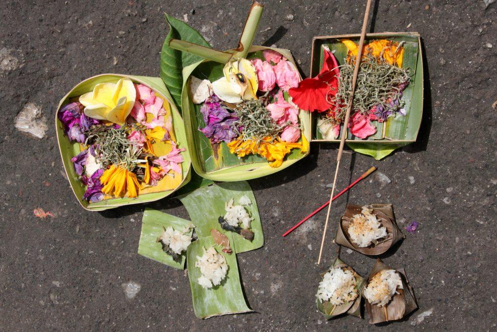 Canang sari -koreja ja pienempiä uhrilahjoja (banten saiban).