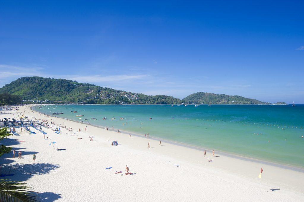 Muovijäte merissä - Thaimaa puhdistaa meriä. Patong Beach, Phuket. Kuva © Tourism Authority of Thailand.