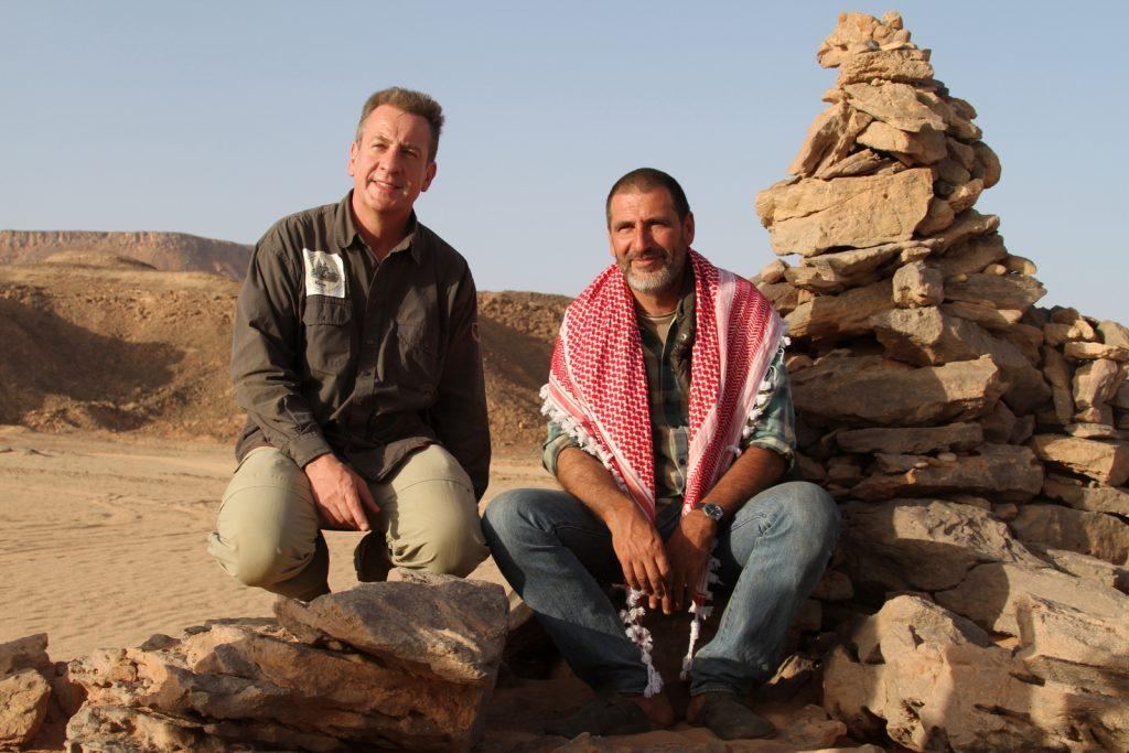 Dabuka-yrityksen aavikkomatkailun pioneerit ja matkaoppaat Karim (vas) ja Tarek El Mahdy Gilf Kebitin tasangolla Prince Kamal El Din Husseinin muistomerkillä maalikuussa 2014.