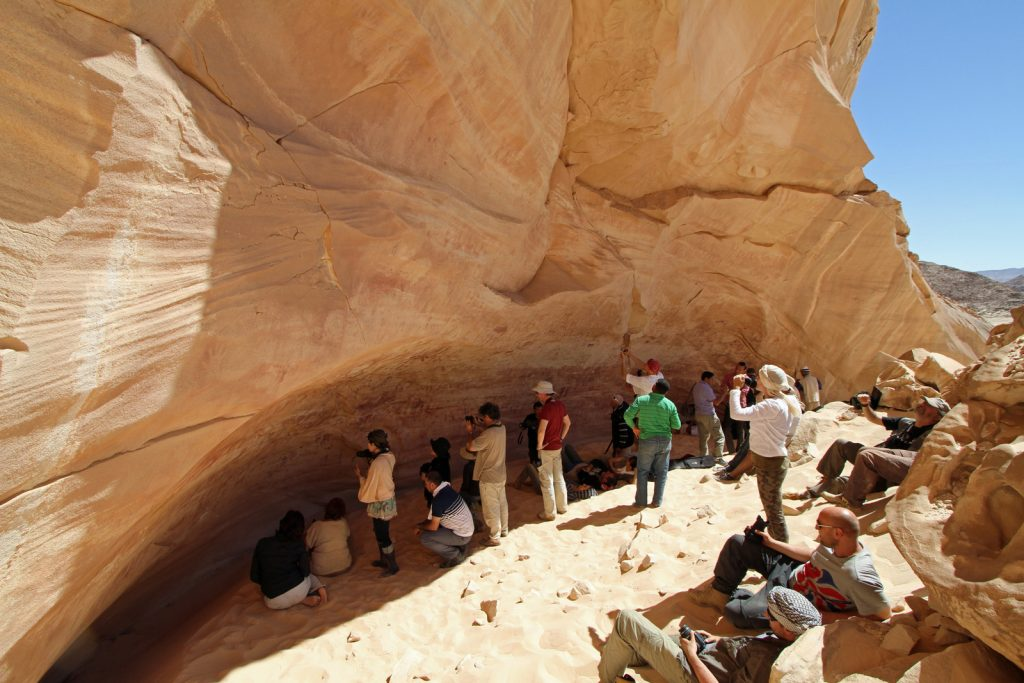 Sahara, Egyptin Läntinen aavikko: Vuonna 2003 löytyi luola, jossa on päätöntä petoa esittäviä maalauksia.