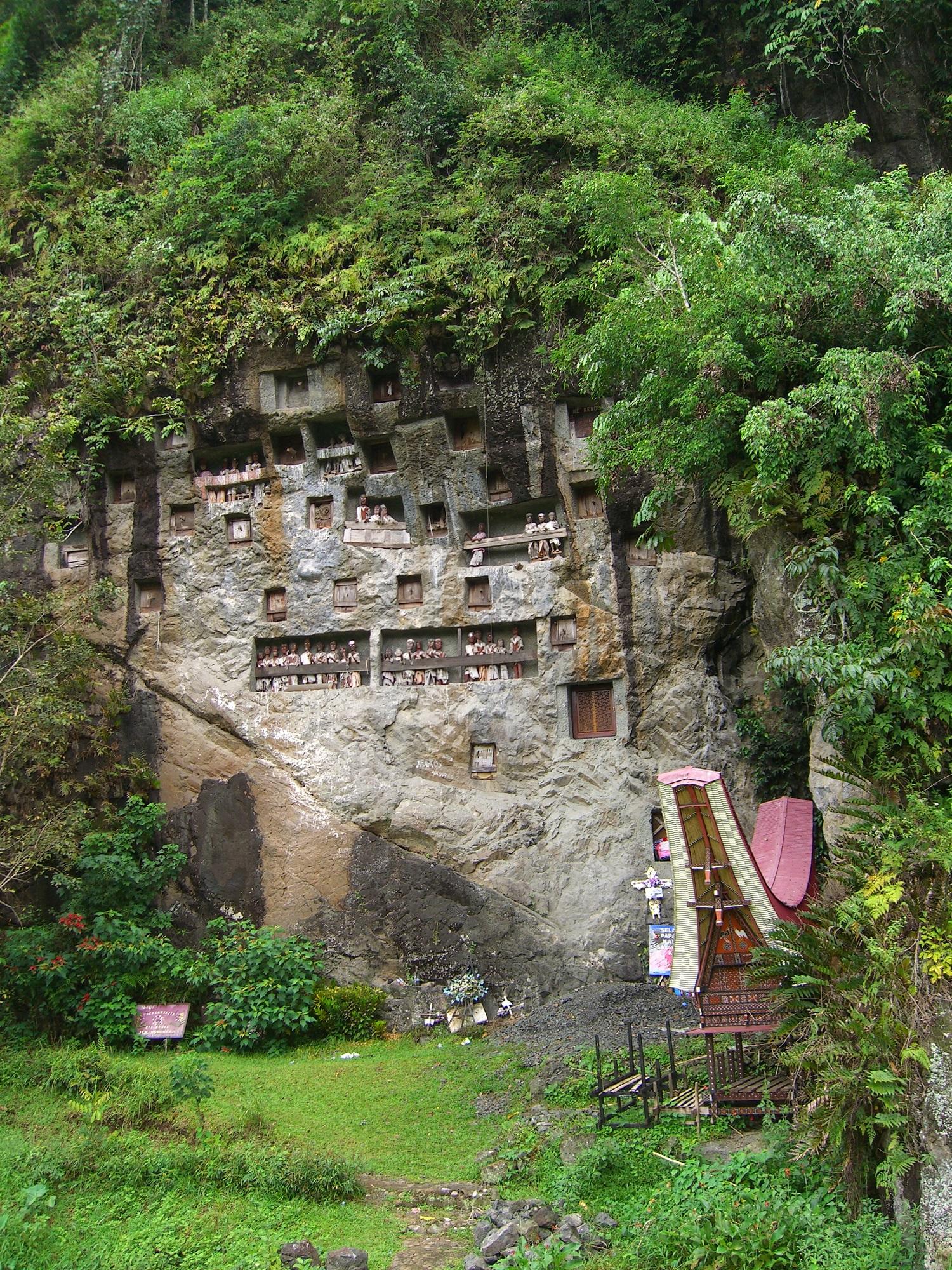 Torajat. Lemon kylän hautakallio. Kuva: Wikimedia Commons/Giorces