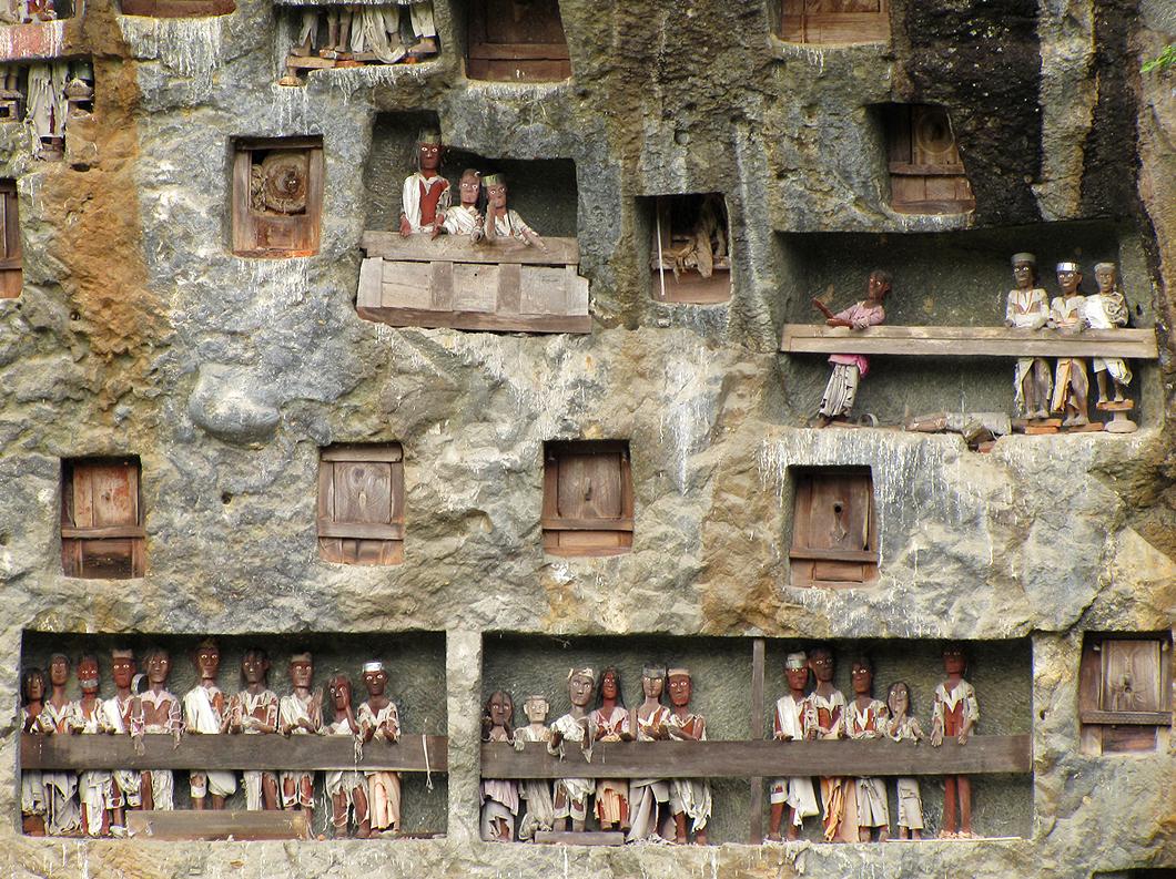 """Torajat. Tau tau -nukkeja """"kuolleiden kerrostalossa"""". Kuva: Flickr/Indonesia Aventura 2010"""