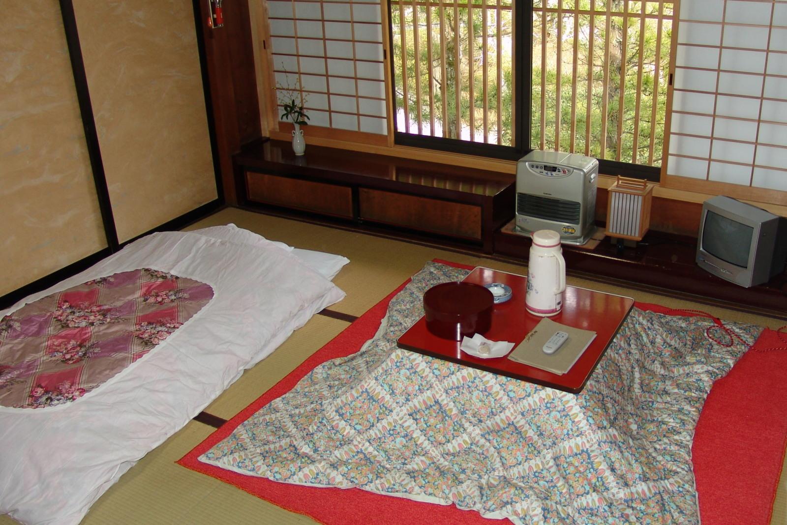 Japanilainen huone talviasussaan. Vasemmalla futon (sänky), oikealla kotatsu (pöytä). Kuva: Flickr/Flowizm.