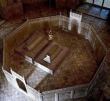 Taj Mahal. Hautakammion sisällä on hämärää. Mumtazin hauta on sijoitettu keskelle, joten myöhemmin lisätty Shah Jahanin leposija on jouduttu sovittamaan sen viereen epäsymmetrisesti. Tämä tuntuisi todistavan ainakin, ettei häntä alunperin ollut tarkoitus haudata tänne. Olisiko hänen hautapaikkansa ollut ns. musta Taj, ei tiedä varmuudella kukaan.