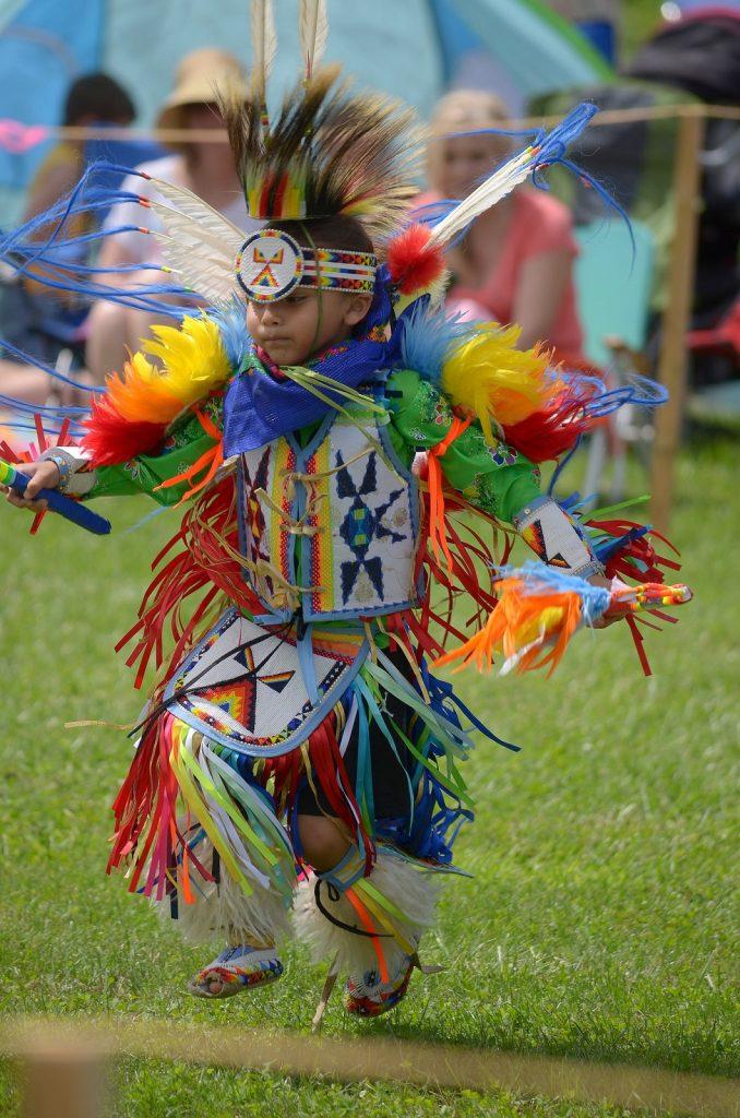 Powwow. Lapsetkin osallistuvat tanssikisaan. Kuva: Flickr/Larry Wilder.