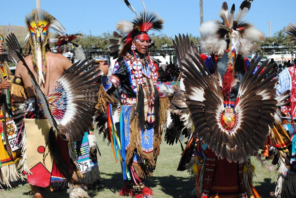 Pohjois-Amerikan alkuperäiskansat kohtaavat powwow´ssa. Kuva: Flickr/Bear Paw Battlefield.
