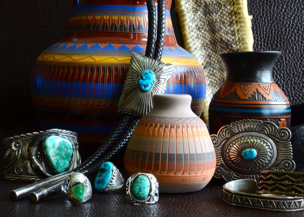 Pohjois-Amerikan alkuperäiskansat: Navajo-intiaanien taide-esineitä.