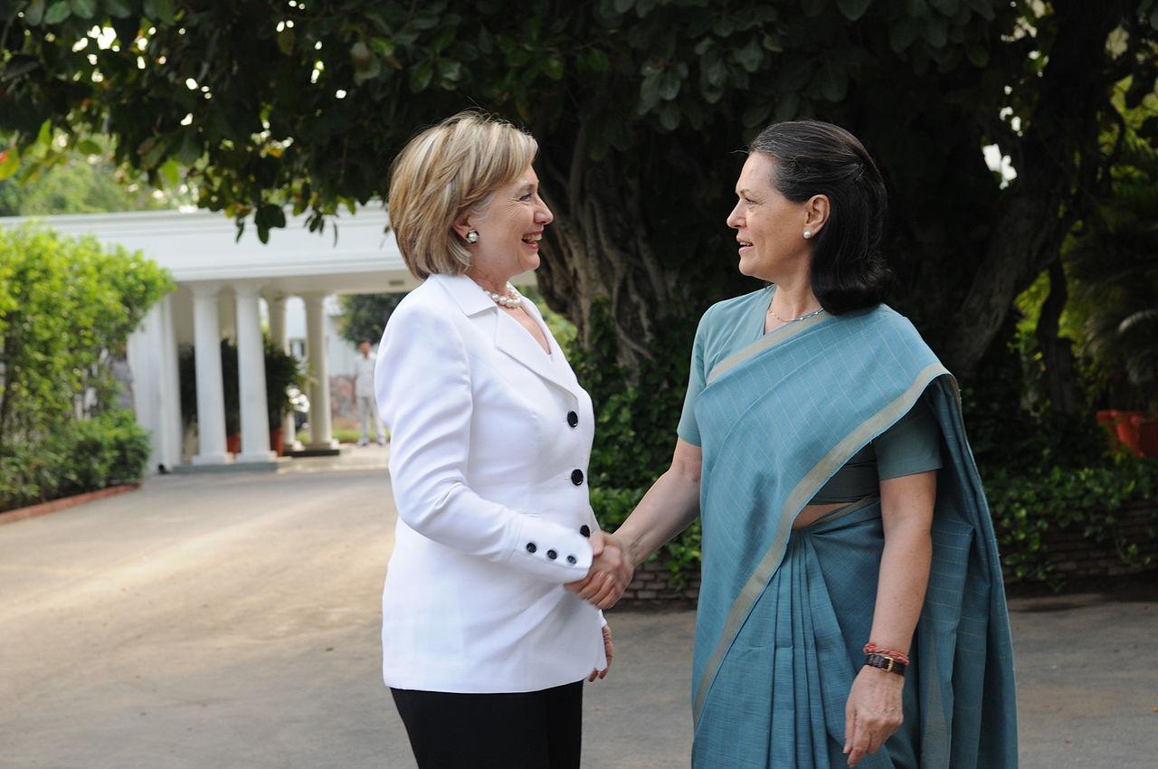 Sonia Gandhi tapasi Hillary Clintonin New Delhissä vuonna 2009 - tietenkin sarissa.