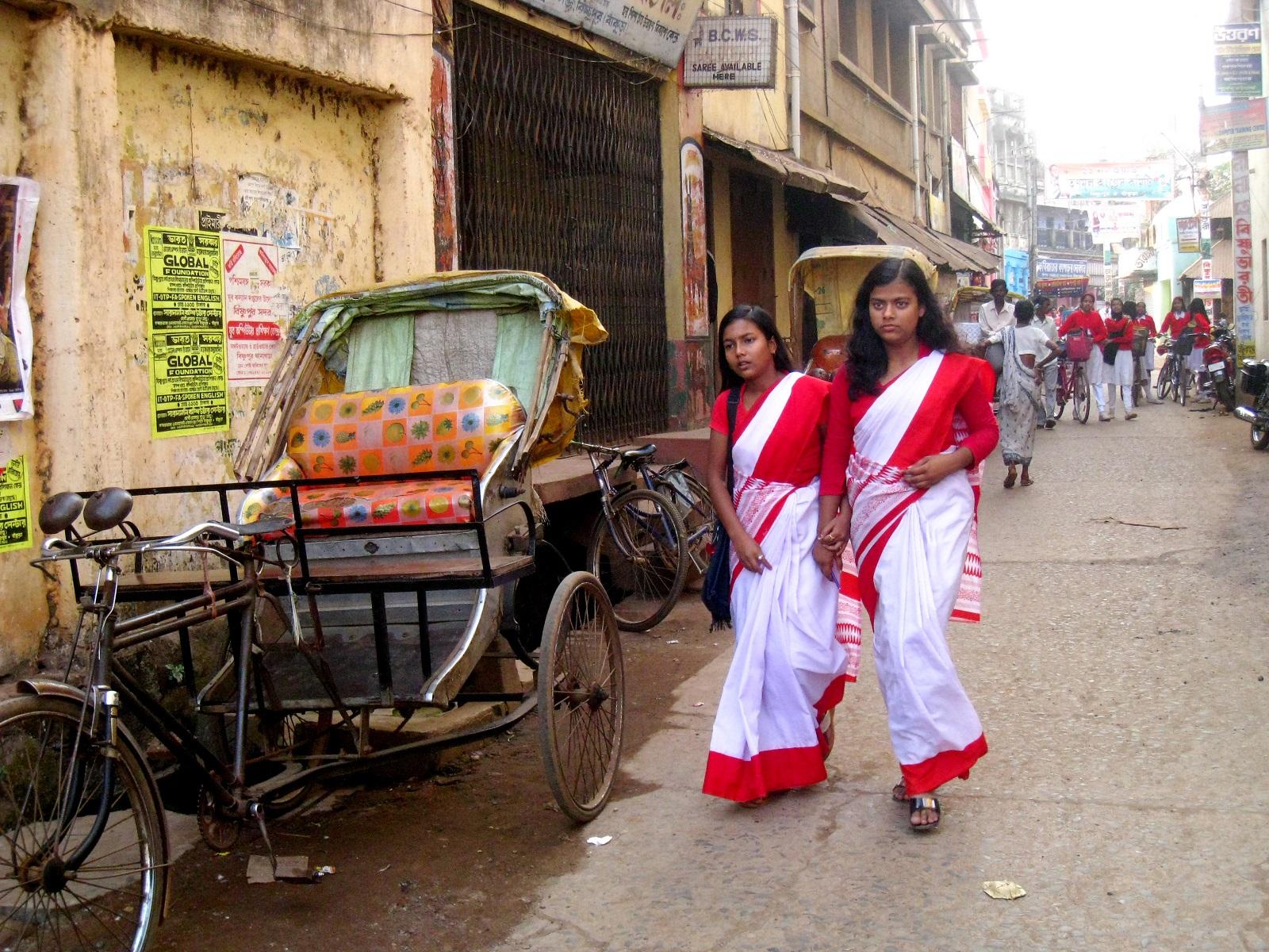 Sari koulupukuna. Bishnupr, Länsi-Bengal.