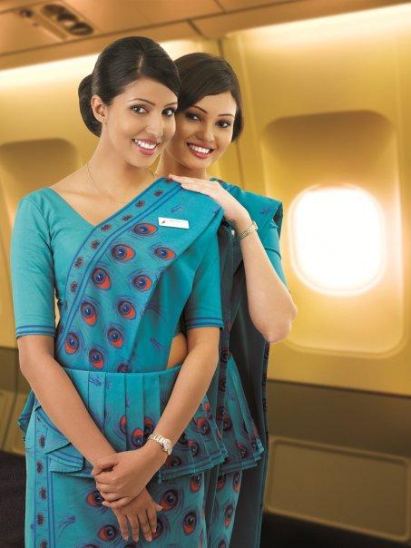 Srilankalaisia lentoemäntiä sareissa.