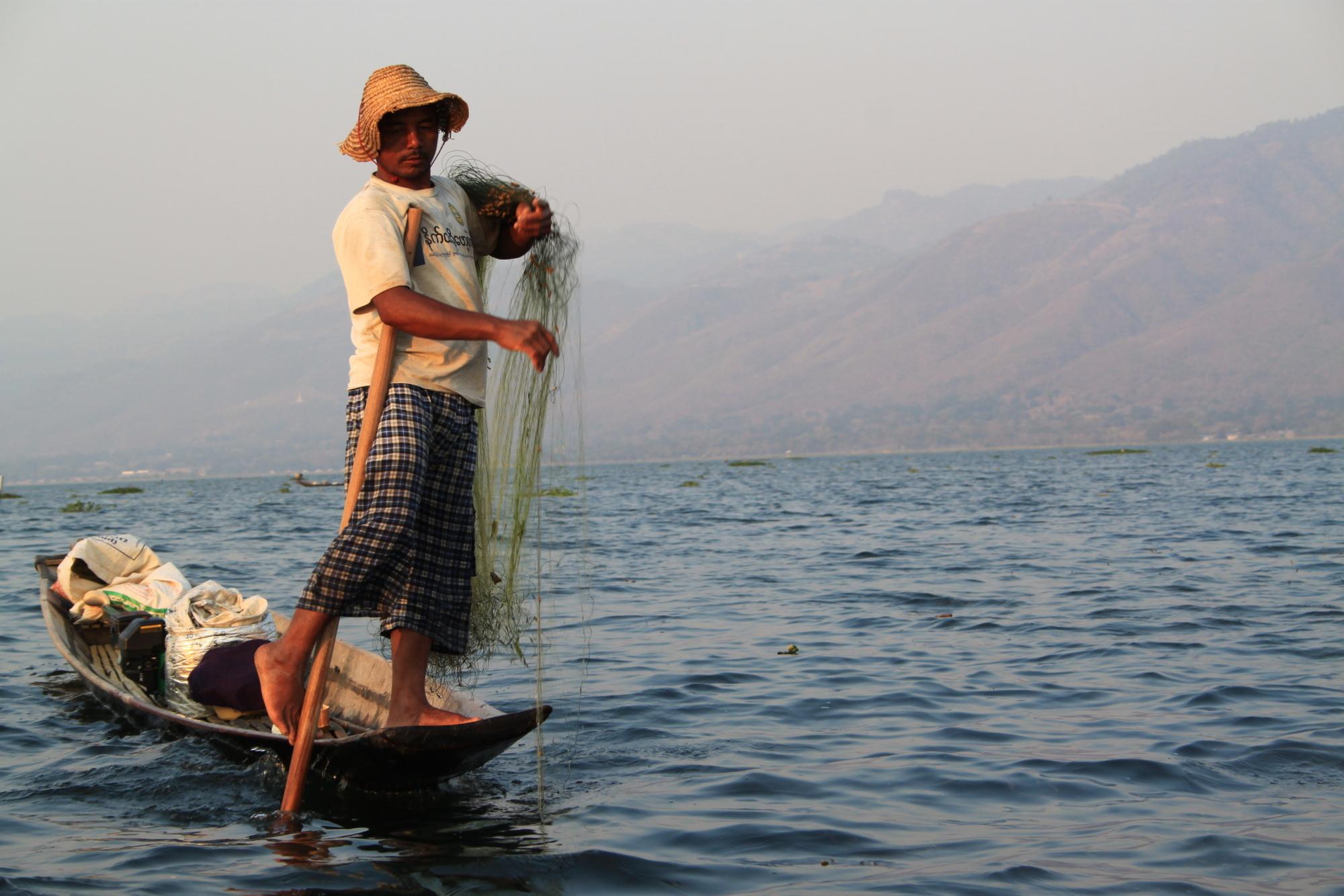 Inle-järven kelluvien puutarhojen kalastajilla on ihan omanlaisensa soututapa, jossa hyödynnetään jalkaa.